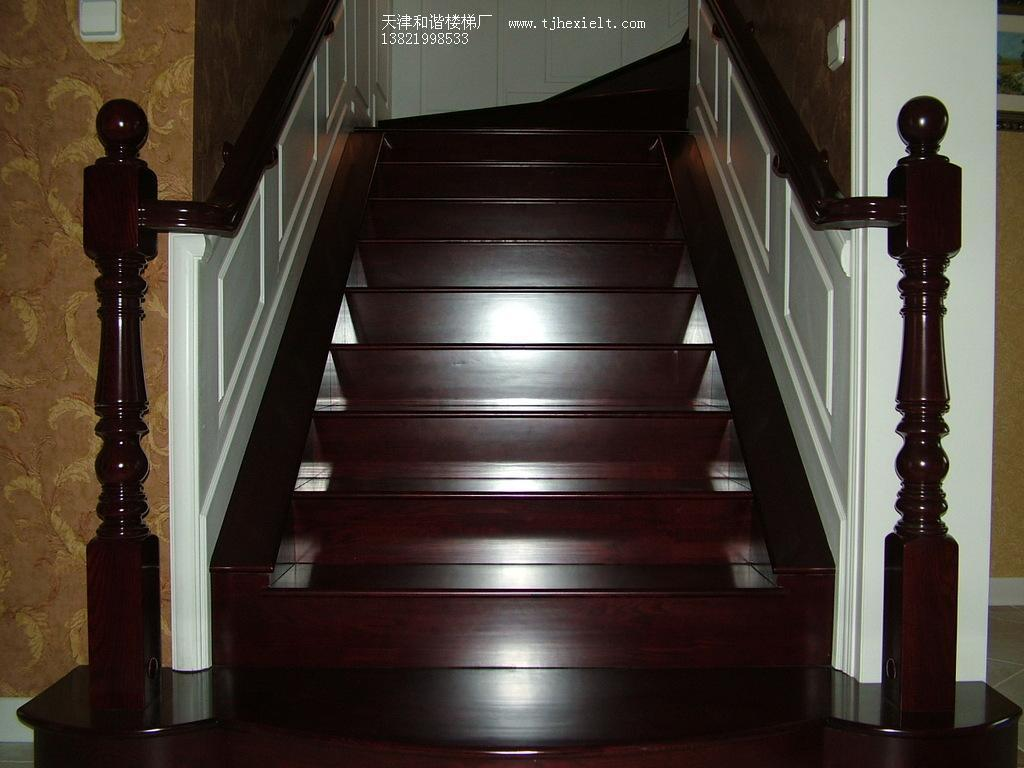 白色护墙板深色扶手踏步板别墅实木楼梯