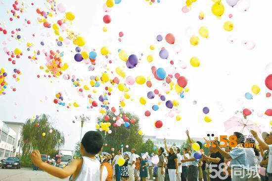 13520258378氦气球现场制作、批发。氦气球主要用在婚礼现场布置、婚礼放飞,增加婚礼现场喜气气氛,氦气球放飞寓意深刻。承接大型庆典活动氦气球放飞、职工运动会、学生运动会、大型颁奖活动、开工奠基等。小孩满月、生日、老人寿诞都可用氦气球布置放飞增加气氛。我们每次都是上门现场制作,保质保量。气球颜色有红、粉、白、绿、紫、蓝、黄、橙等8种颜色随便选。品种有:普通的、进口的、心形的。进口的、心形的每一个5元,100个起做哟。有问题的、有想法设计的可打13520258378免费咨询哟